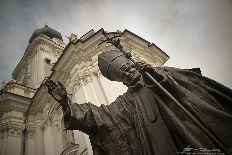 Wadowice, Plac Jana Pawła II. Czy go zakląć w spiż, czy też odlać w brązie, wciąż czuć to nasmo ciepło bijące z oczu.